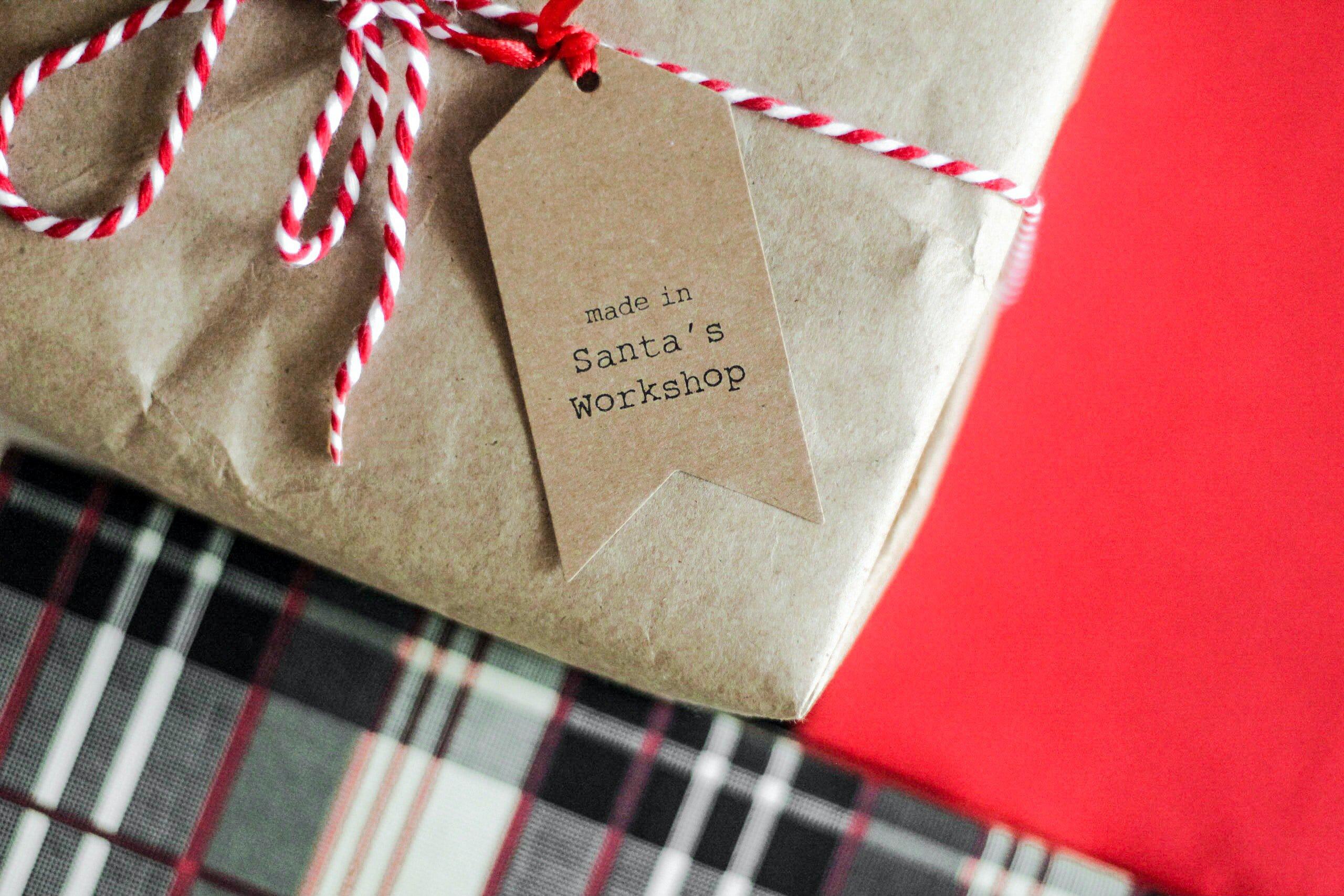 Joululahjapaketti ja -kortti, jossa teksti Made in Santa's Workshop