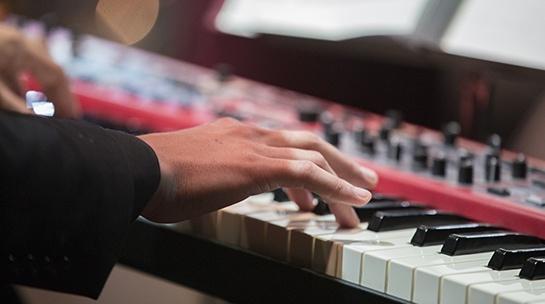Pianoa soittava käsi.