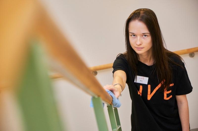 Opiskelijat tekevät Palvelukoti Sofiassa siivouksen tasoa nostavia töitä-319176-edited